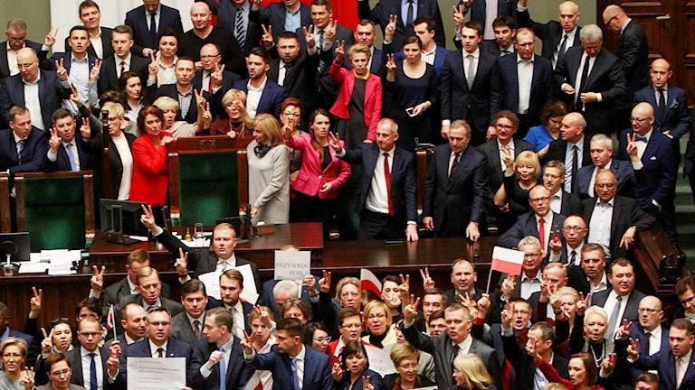 """Oppositionen skanderar """"Fria medier"""", i parlamantet så att budgetdebatten inte kan hållas som planerat."""