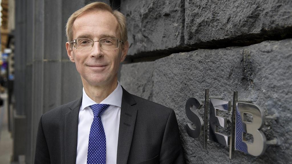 Robert Bergqvist, SEB:s chefsekonom, framför bankens kontor