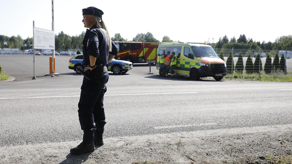 En stor insats pågår på Hällbyfängelset utanför Eskilstuna. Två morddömda fångar har tagit två ur personalen som gisslan.