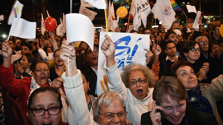 Colombianer firar beskedet från fredssamtalen i Havanna.  Colombianer firar beskedet från fredssamtalen i Havanna.