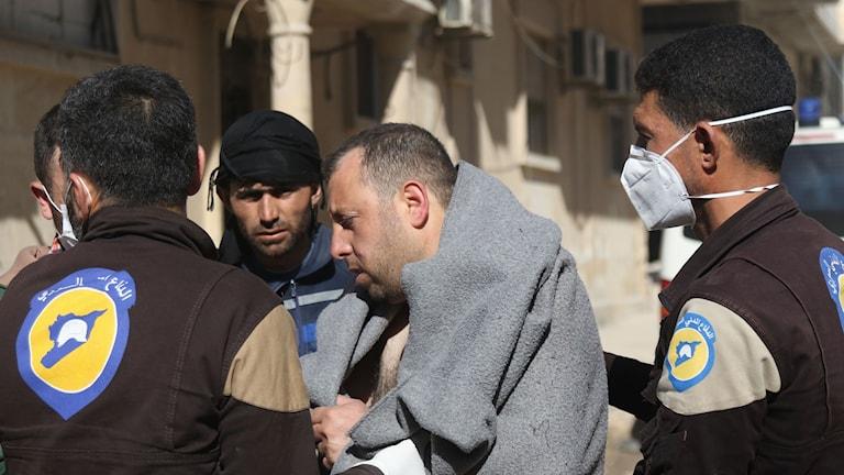 En man omhändertas av sjukvårdare efter den misstänkta gasattacken i Syrien.