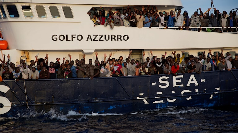 غض النظر عن الأموال التي يجنيها هؤلاء المهربين، فهم يمارسون عنف جسدي ضد اللاجئين والمهاجرين غير الشرعيين