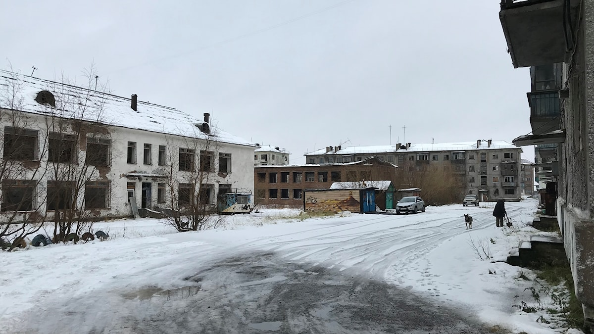 Nära den nerlagda cementfabriken bor Ramil som föddes samma år som Stalin dog