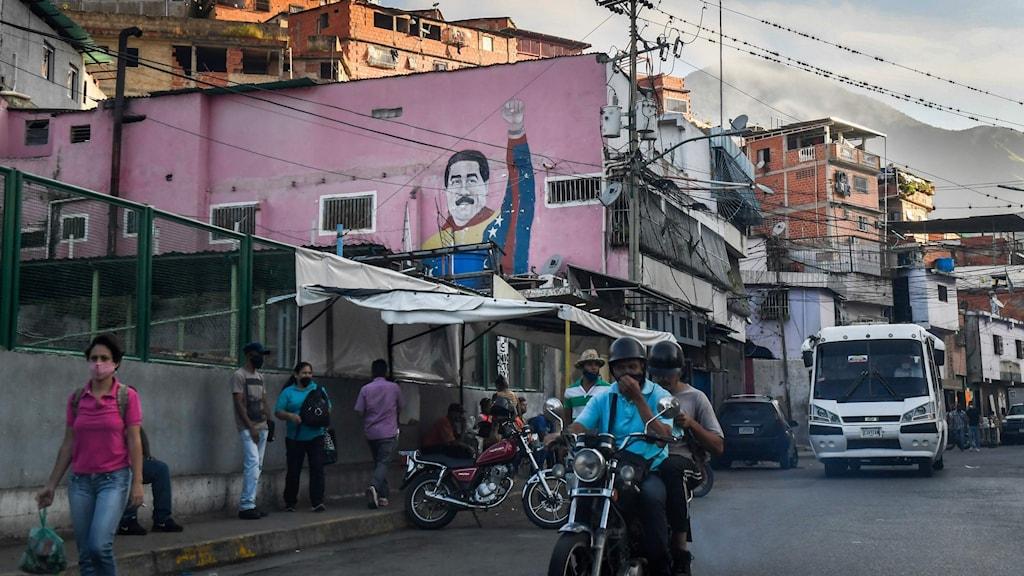 Gatuvy i Venezuela med muralmålning av ledaren Maduro