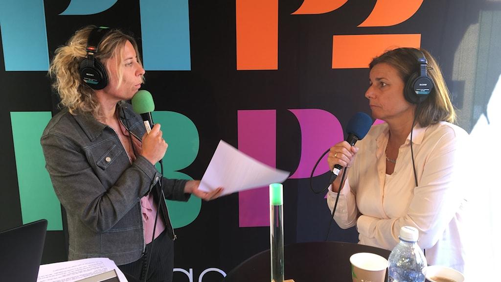 Isabella Lövin intervjuas på scen i Almedalen.