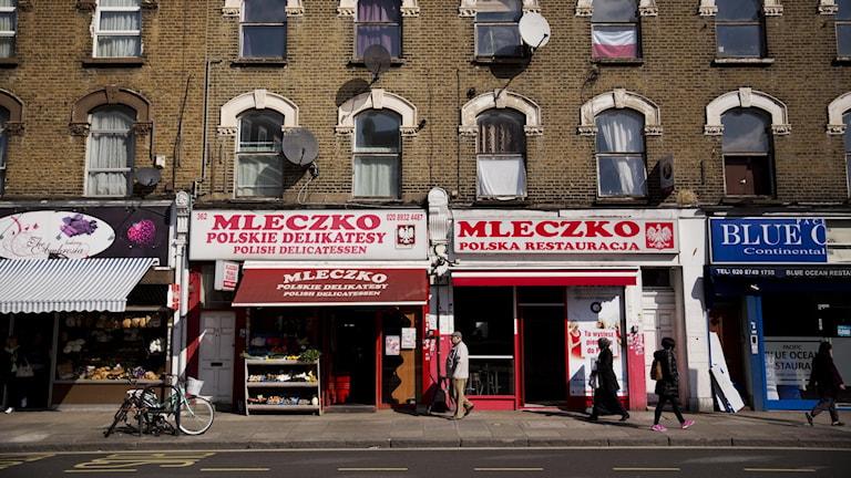 Polsk delikatessbutik och restaurang i London 2016. Uppskattningsvis mellan 800 000 till knappt en miljon polacker har emigrerat till Storbritannien.