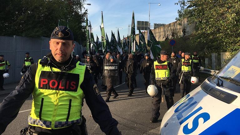Poliser leder grupp med människor
