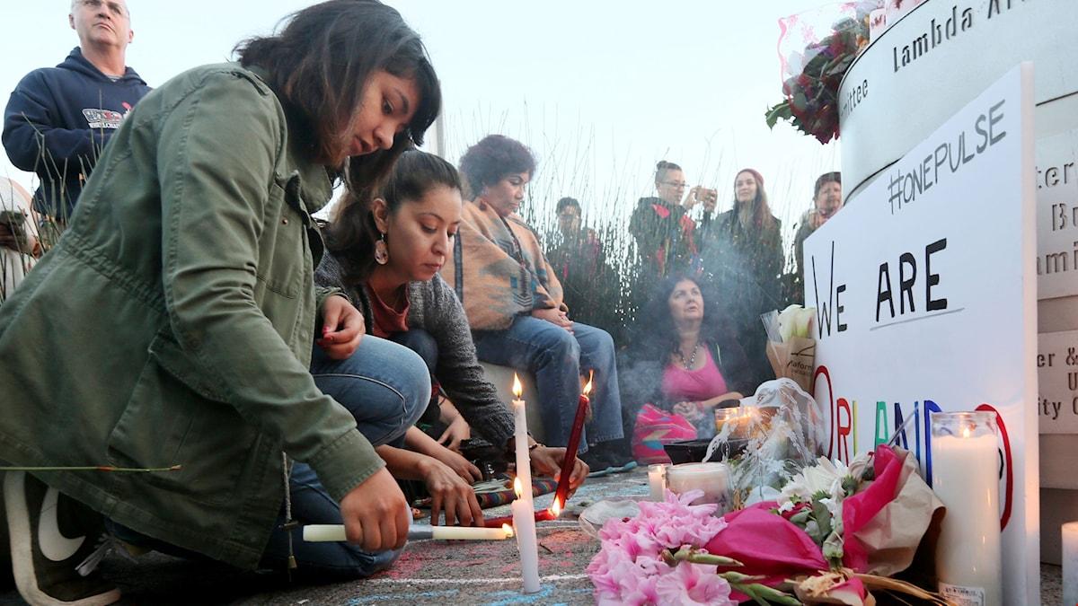 Sörjande Orlandobor tänder ljus i samband med en minnesstund för den dödade.
