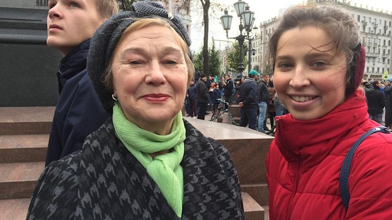 74åriga Irina Vasilivnja kom med barnbarnet Liza 18 år för att visa sitt missnöje med att ingen demokrati finns i Ryssland.