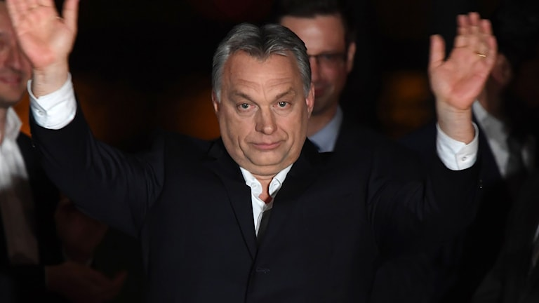 En nöjd Orban efter segern i ungerska valet.