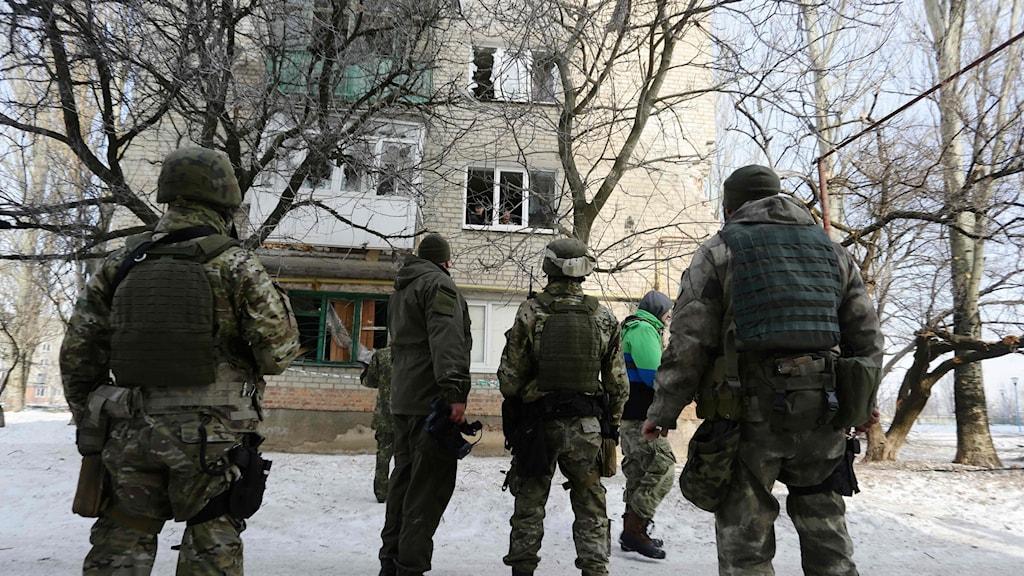 Soldater framför ett hus i Avdijevka.
