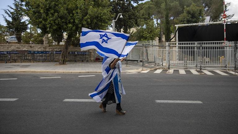 kvinna med israeliska flaggor