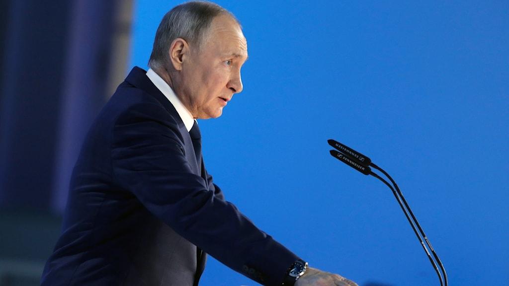 Putin vid talarstol.
