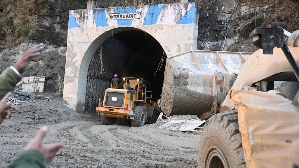En grävmaskin vid en tunnel
