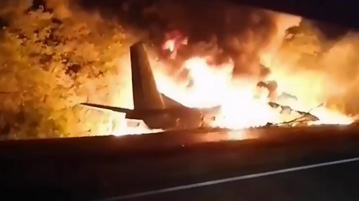 Ett brinnande flygplan.