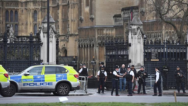 Avspärrningar utanför brittiska parlamentet.