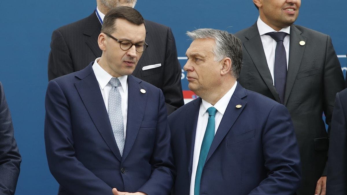 Polens premiärminister Mateusz Morawiecki och Ungerns premiärminister Victor Orban står enade mot övriga EU.