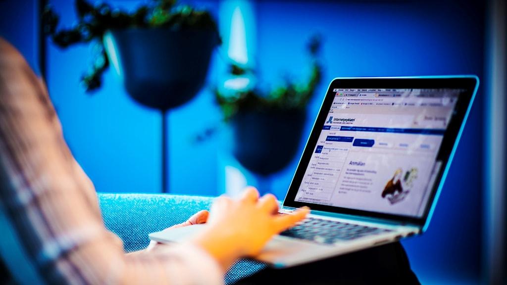 En person vid en laptop