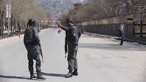 Poliser i närheten av attentatsplatsen i Kabul