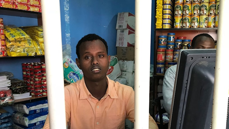 Somaliern Abdulfatah Ahmed i sin butik i Kenya.