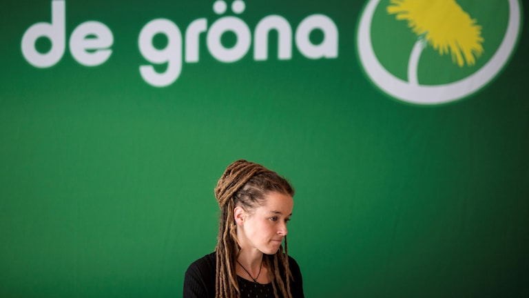 Kvinna mot grön bakgrund.