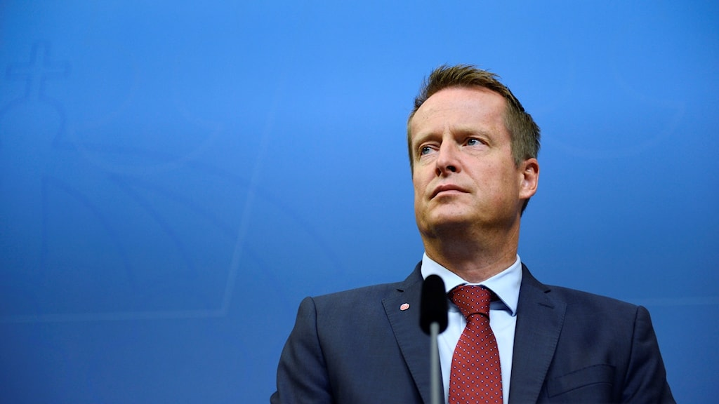 Inrikesminister Anders Ygeman med blå bakgrund