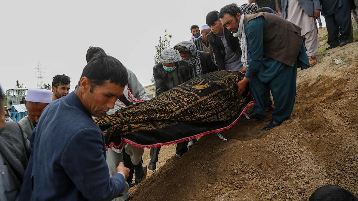 Begravning efter sjukhusattacken i Afghanistan.