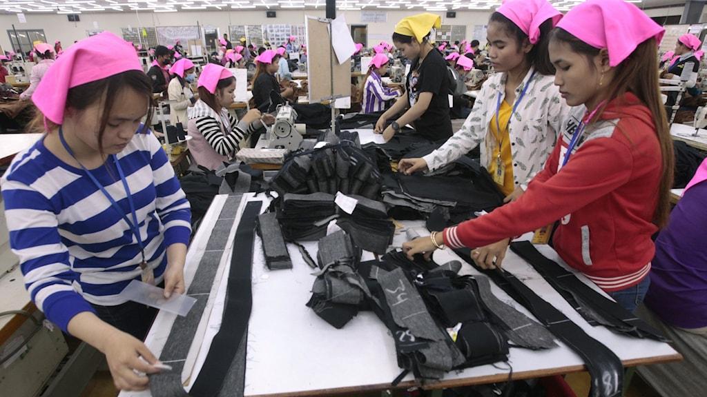 Kvinnor arbetar i en klädfabrik i Kambodja.