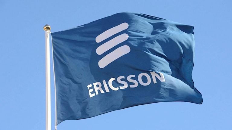 Ericsson flagga med blå himmel i bakgrunden.