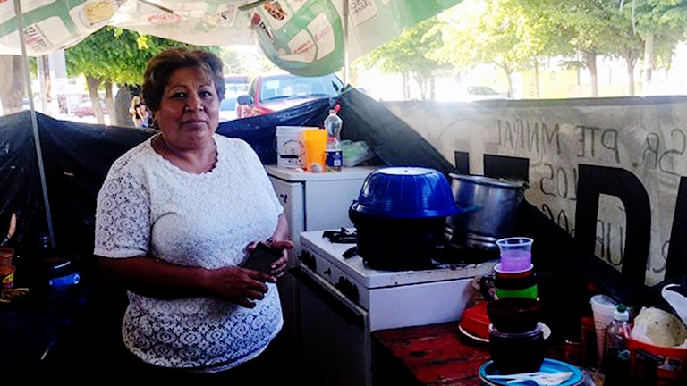 Rosa Soto i internflyktingarnas tält i Los Mochis. De kräver att borgmästaren erbjuder dem subventionerade bostäder. Foto: Lotten Collin/Sveriges Radio