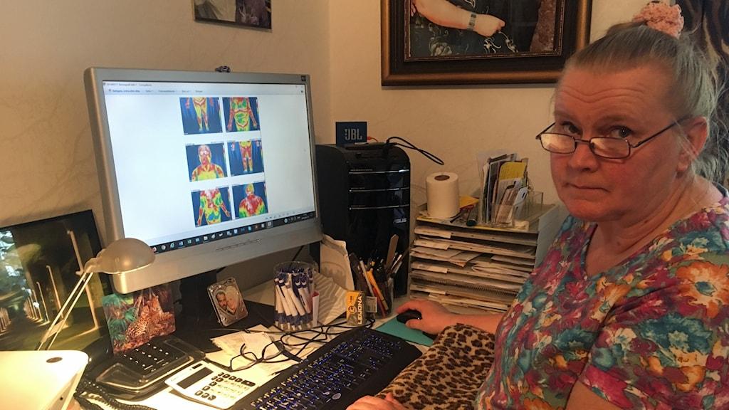 Kvinna framför en datorskärm där röntgenbilder syns.