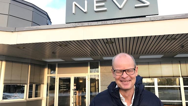 Nevs vd Stefan Tilk utanför Nevs fabrik i Trollhättan