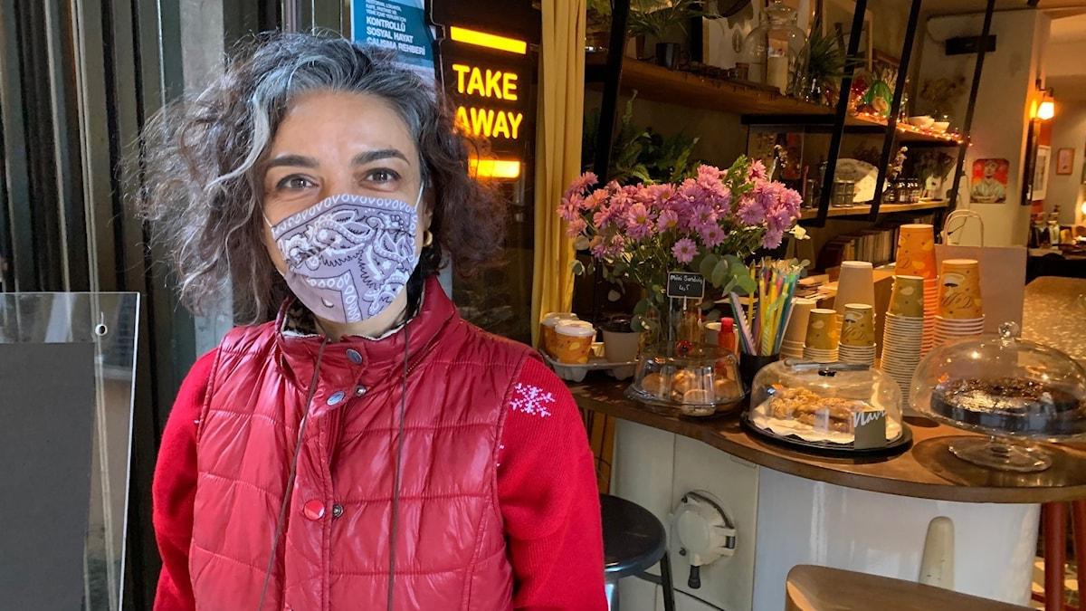 Kvinna framför ett kafé.