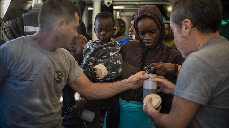 Libyska migranter tas emot i Italien.