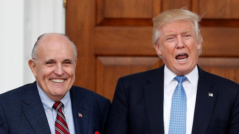 Donald Trumps advokat Rudy Giuliani tillsammans med USA:s president Donald Trump.