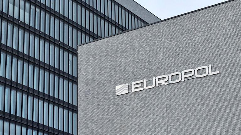 Kontorshus med en skylt med texten Europol