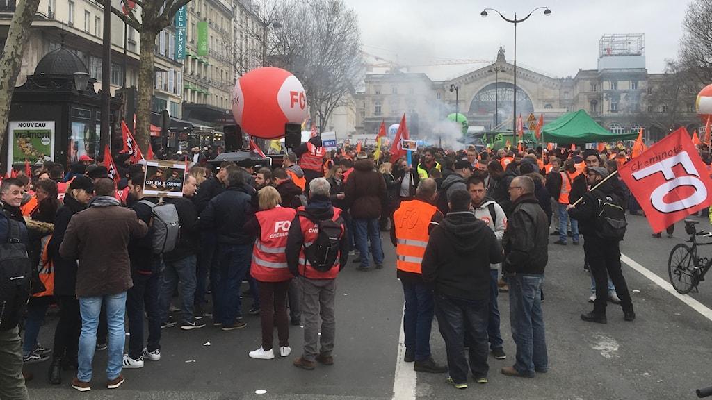 I Paris strejkade järnvägsarbetare i mars mot regeringen Macrons reformer och bristen på dialog i förhandlingarna. Foto: Margareta Svensson/Sveriges Radio.