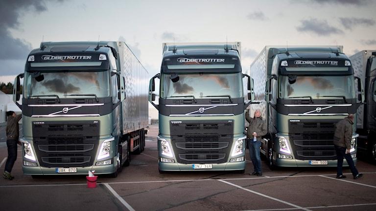Volvos nya lastbilar på rad får en sista putsning innan journalisterna kommer.