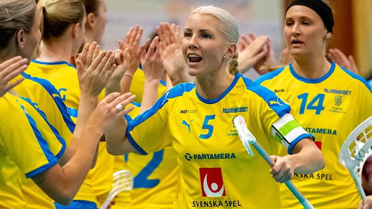 Anna Wijk firar ett mål landslagskamraterna.