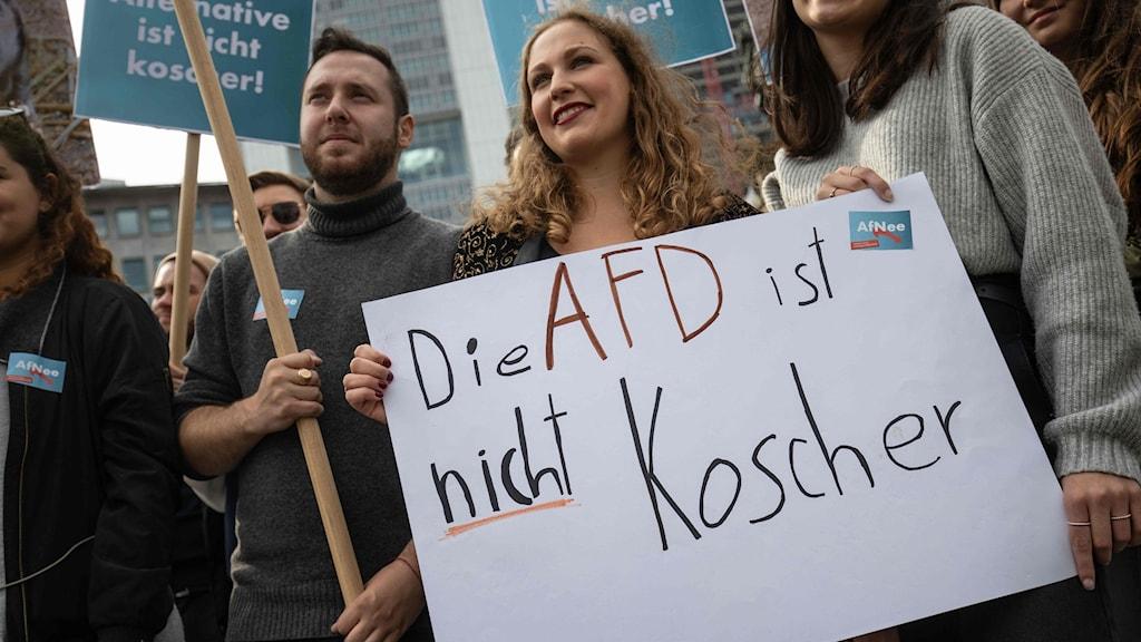 """Demonstranter med en skylt där det står """"AfD är inte koscher"""""""