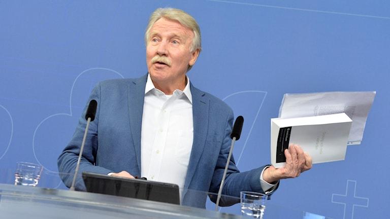 Ilmar Reepalu med Välfärdsutredningen i handen.