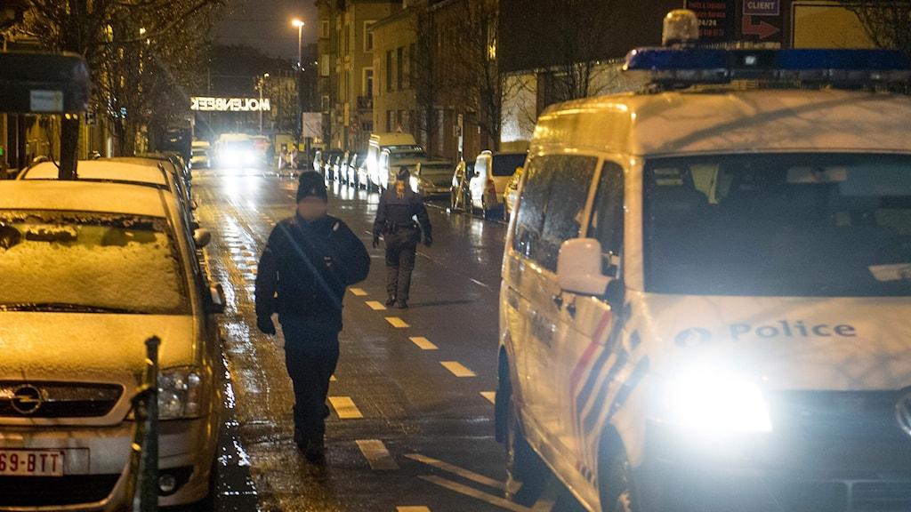 Molenbeek. Poliser på gatorna under operationen.