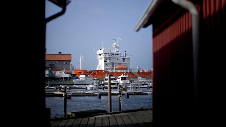 Fartyg syns mellan två husgavlar