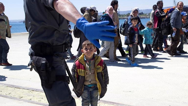 Många små barn anlände med en flyktingbåt till Sicilien i april 2015. Arkivbild: Elin Swedenmark / TT.
