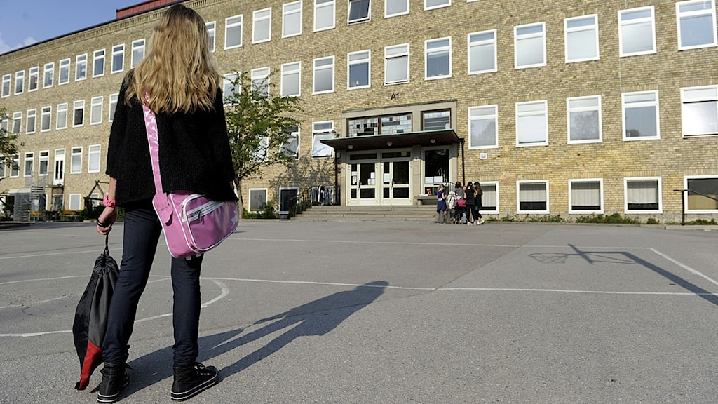 Ensam flicka på skolgård. Foto: Janerik Henriksson/ Scanpix.