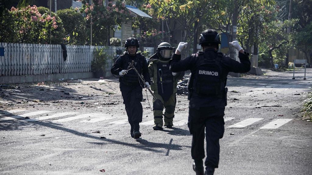 Efter bombdåd mot flera kyrkor i Surabaya.
