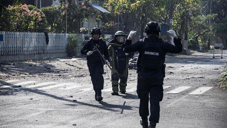 Bild på soldater vid söndagens bombdåd mot flera kyrkor i Surabaya.