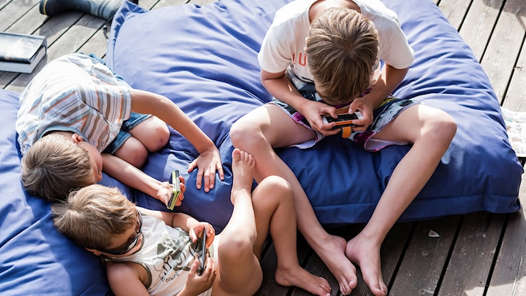 Barn leker med smartphones, mobiltelefoner