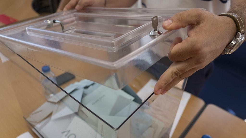 Valsedlar töms ut på bord.
