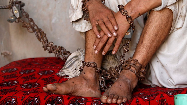 Afghansk ung man har kedjats fast på grund av hans mentala problem